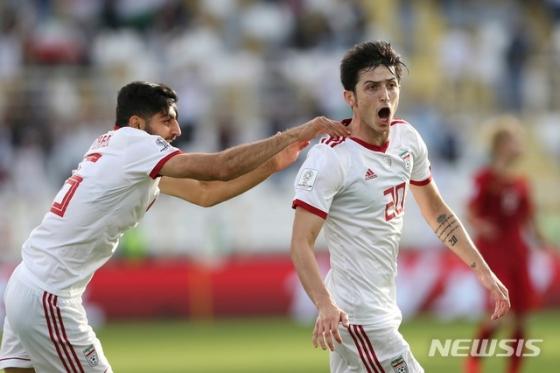 12일(현지시간) 아랍에미리트 아부다비 알나얀 경기장에서 베트남과 이란의 2019 아시아축구연맹(AFC) 아시안컵 D조 2차전이 열린 가운데 후반 24분께 이란의 사르다르 아즈문(오른쪽)이 추가골을 넣고 환호하고 있다. /사진=AP/뉴시스