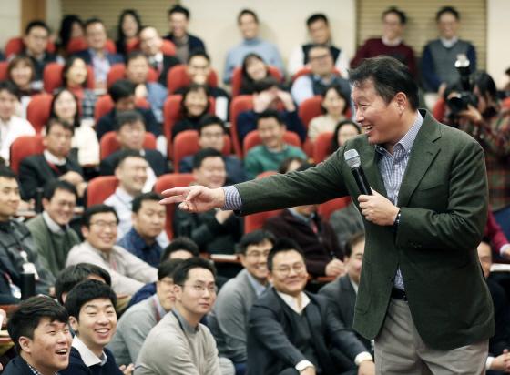 최태원 SK회장이 지난 8일 서울 종로구 SK서린빌딩에서 열린 '행복 토크'에서 구성원들과 행복키우기를 위한 작은 실천 방안들에 대해 토론하고 있다./사진제공=SK