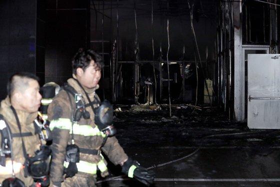 충남 천안시 서북구 쌍용동 라마다앙코르 호텔에서 화재가 발생한 14일 소방대원들이 화재 현장에서 잔불 및 대피하지 못한 인원 등을 살펴보고 있다./사진=뉴스1