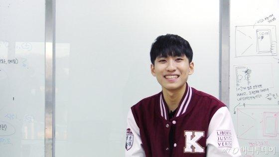 지난 8일 서울 성북구 고려대 서울캠퍼스에서 김민우씨(24)를 만났다. 간단한 자기소개를 부탁하자 갑자기 강의를 시작하는 김씨의 모습. /사진=이상봉 기자