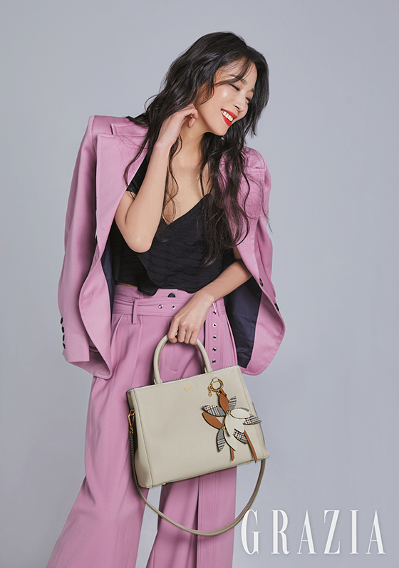 한고은 화보, 산뜻한 핑크빛 슈트 룩…포인트는 '가방'