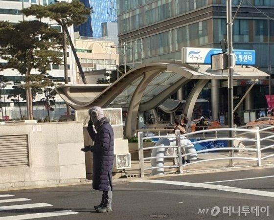 서울의 한 백화점에서 남성 주차도우미가 패딩을 입고 귀마개를 착용하고 있다./사진=최민경 기자