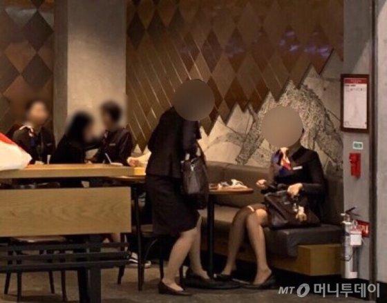 인천국제공항 커피숍에 승무원들이 앉아 있다./사진=임찬영 기자(인터뷰 내용과 관련없음)