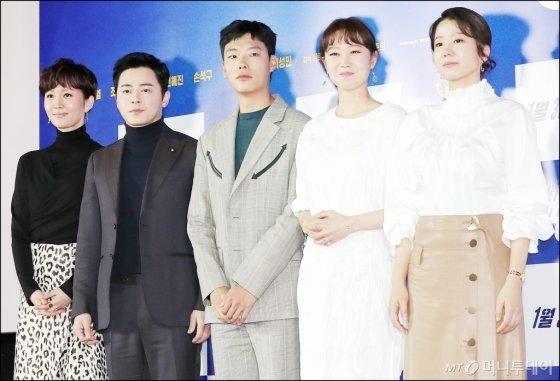 영화 '뺑반'에 출연한 다섯 배우들. 왼쪽부터 염정아, 조정석, 류준열, 공효진, 전혜진.