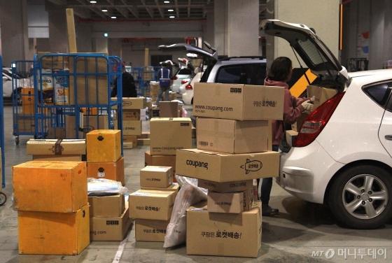 서울 시대 한 쿠팡 캠프에서 플렉서들이 새벽배송을 위한 물품을 차량에 싣고있다. /사진=쿠팡