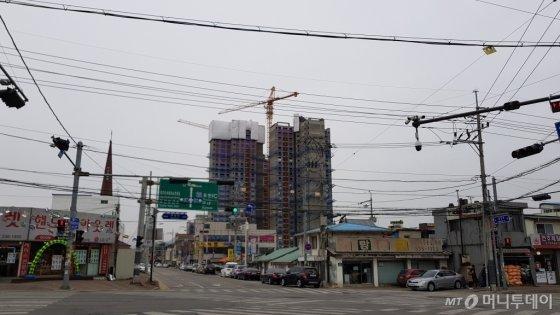 포천시내. 새 아파트를 짓는 모습도 보인다./사진= 박미주 기자