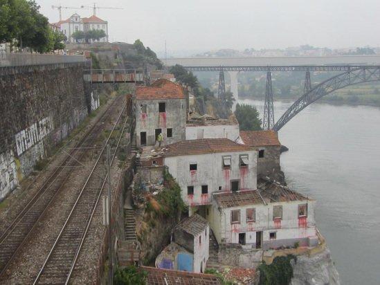 '최악의 투어'사의 워킹투어 상품에서 방문하는 포르투갈 포르투시의 버려진 집. /사진=홈페이지 갈무리