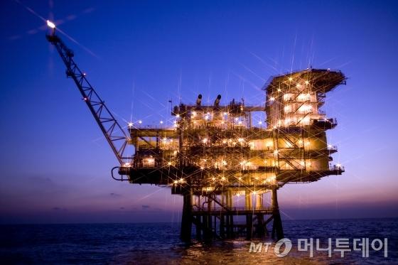 울산 남동쪽 58㎞ 해상에 위치한 동해-1 가스전 해상 플랫폼. 플랫폼 상단에 설치된 플레어스택에서 내뿜는 불꽃이 현재 가스전이 가동 중임을 나타내고 있다./사진=한국석유공사 제공
