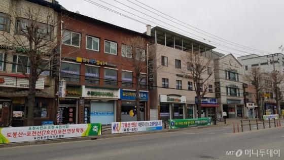 포천시청 앞에 7호선 포천 연장구간 예비타당성 조사 면제를 축하하는 플래카드들이 걸려 있다./사진= 박미주 기자