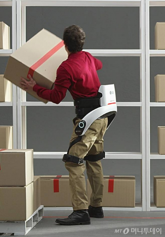 산업현장이나 상업, 물류공간에서 사용자의 허리근력을 보조하는 'LG 클로이 수트봇(CLOi SuitBot)'/사진제공=LG전자