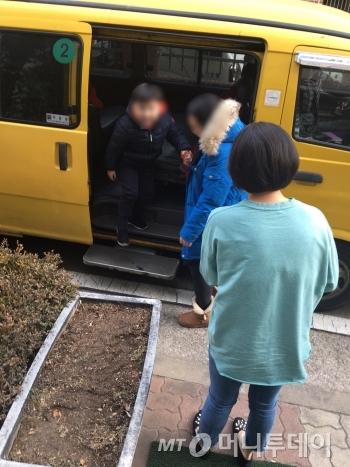 """""""주환아 어서와"""" 블러 처리를 했지만, 유치원 버스서 내리며, 삼촌을 보고 웃고 있는 주환이./사진=남형도 기자"""