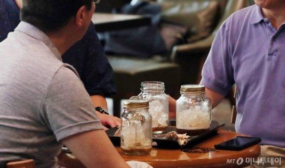 카페 매장 내 일회용 컵 사용 단속을 하루 앞둔 지난해 8월 서울 종로구의 한 카페에서 손님들이 유리컵을 사용해 커피를 마시고 있다./사진=김창현 기자