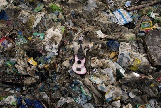 필리핀 마닐라 인근 프리덤섬에 쌓인 쓰레기 모습./사진=AFP