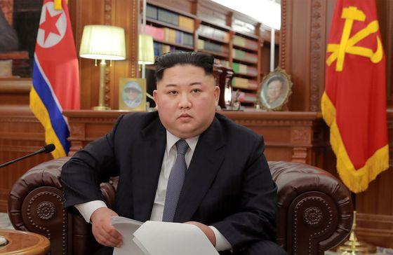 """(평양 AFP=뉴스1) 우동명 기자 = 김정은 북한 국무위원장이 1일 (현지시간) 평양 노동당 중앙위원회 청사에서 예전과 달리 이례적으로 소파에 앉아 신년사를 발표하고 있다. 김정은 위원장은 신년사에서 """"북남 사이 협력과 교류를 전면적으로 확대 발전시켜 민족적 화해와 단합을 공고히 하여야 한다""""며 """"전제조건 없이 개성공업지구와 금강산 관광을 재개할 용의가 있다""""고 말했다.  © AFP=뉴스1  <저작권자 © 뉴스1코리아, 무단전재 및 재배포 금지>"""
