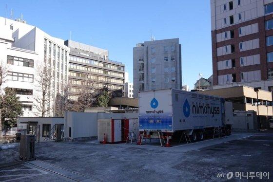 일본 도쿄 지요다구에 설치된 니모히스수소충전소(구단)의 모습. 주차장 부지를 충전소 부지로 바꾼 곳으로 주변에 상업 빌딩이 둘러싸고 있다./사진=김남이 기자