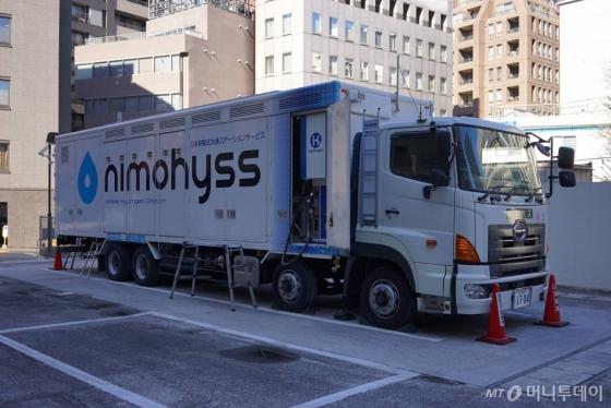 일본 도쿄 지요다구에 설치된 니모히스수소충전소(구단)의 모습. 주차장 부지를 충전소 부지로 바꾼 곳으로 주변에 상업 빌딩이 둘러싸고 있다. /사진=김남이 기자