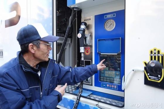 일본 도쿄 지요다구에 설치된 니모히스수소충전소(구단)에서 관계자가 충전설비를 설명하고 있다. /사진=김남이 기자