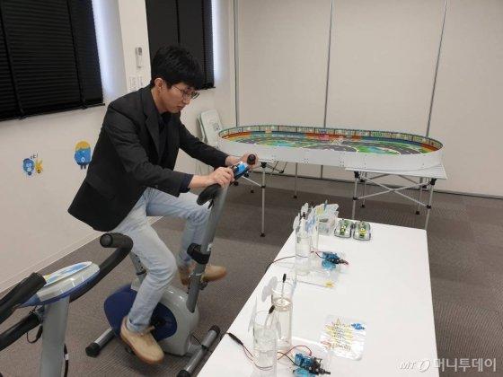 지난달 30일 도쿄 고토구 수소정보관 '도쿄 스이소미루'에서 기자가 수소 생산을 체험하고 있다. /사진=김남이 기자