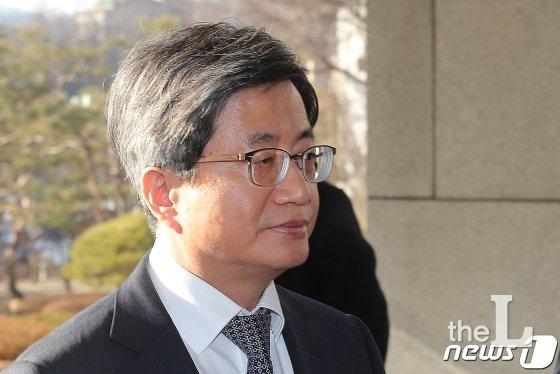 김명수 대법원장이 11일 오전 서울 서초구 대법원으로 출근하고 있다./사진=뉴스1