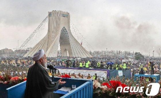 이슬람혁명 집회에 모인 군중 앞에서 발언하는 하산 로하니 이란 대통령 © AFP=뉴스1