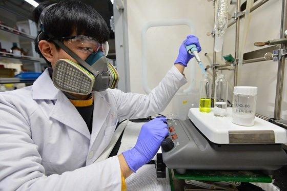 KIST 연구진이 개발한 고활성의 제독촉매로 독성 화학물질을 제거하는 실험을 하고 있다/사진=KIST