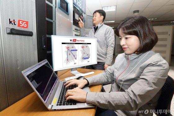 KT는 고품질의 초저지연 5G(5세대 이동통신) 서비스 제공을 위해 5G 백본망에 전국 주요 도시를 직접 연결하는 메시(Mesh) 구조를 국내 최초로 적용했다고 12일 밝혔다./사진제공=KT