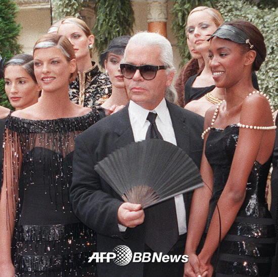 1996년 7월9일 열린 샤넬의 1996-1997 F/W 컬렉션 쇼에서 모델 린다 에반젤리스타, 나오미 캠벨과 포즈를 취하고 있는 디자이너 칼 라거펠트 /AFPBBNews=뉴스1