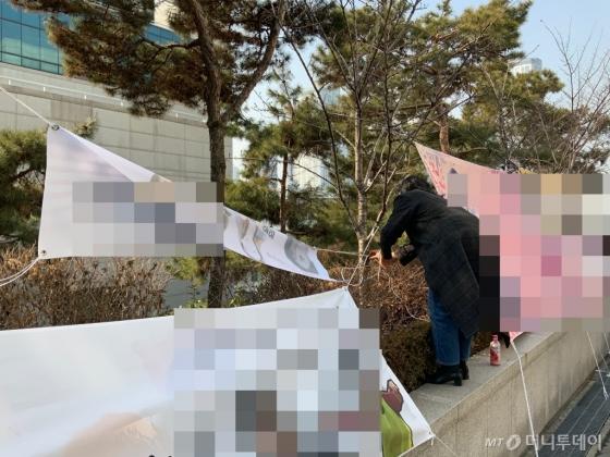 졸업식이 끝난 후 현수막을 자진 철거하는 모습./사진=한민선 기자