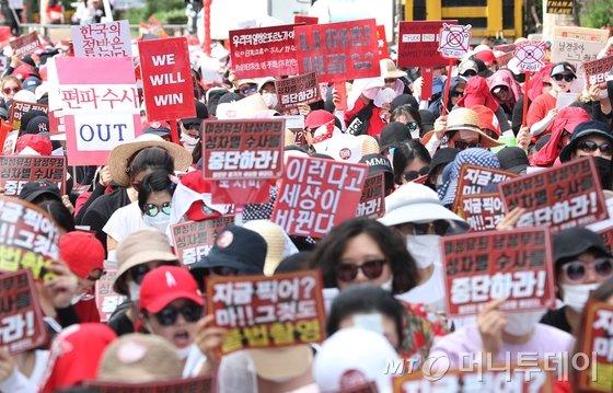7일 오후 서울 대학로에서 불법촬영 편파수사 규탄시위가 열리고 있다.  이들은 소위 '몰카'로 불리는 불법촬영 범죄의 피해자가 여성일 때에도 신속한 수사와 처벌을 할 것을 촉구했다./사진=뉴스1