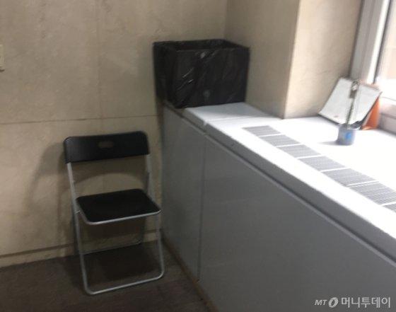 회사 빌딩을 청소해주는 미화원 아주머니가 쉬는 의자는 이렇게 작았다. 이따금씩 달력에 뭔가를 적을 땐 일어서야 했다./사진=남형도 기자