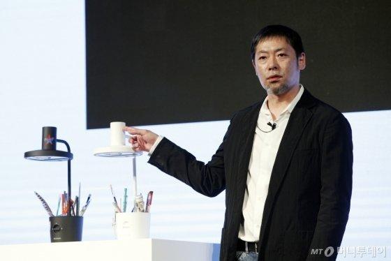 테라오 겐(Terao Gen) 발뮤다(BALMUDA) 대표가 지난달 12일 서울 용산구 드래곤시티 호텔에서 열린 신제품 공개 기자간담회에서 발뮤다 스탠드 더 라이트(The light)에 대해 설명하고 있다. /뉴스1