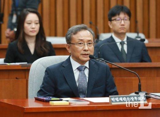 유남석 헌법재판소장 후보자가 2018년 9월 국회 인사청문회에서 의원들의 질의에 답하는 모습