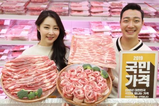 27일 서울 이마트 용산점에서 모델들이 국민가격 31 대표 상품인 980원 국내산 삼겹살을 선보이고 있다. 이마트가 3.1절 100주년을 맞아 '국민가격 31' 행사를 열고 3월 한달 간 31개 상품을 할인 판매한다./사진=뉴시스<br>
