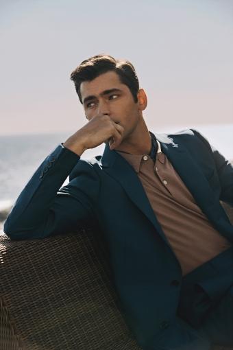 갤럭시는 모델 션 오프리를 앞세워 일명 '청둥오리색'인 틸그린 색상의 수트에 밤색 계열의 폴로 니트를 함께 매칭해 부드러운 스타일을 제안했다./사진제공=삼성물산 패션부문