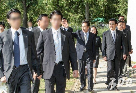 2008년 8월 26일 서울숲에서 열린 한중 청년 대표단 간담회. 사진 왼쪽 경호관 옷 아래 총이 보인다. /사진=청와대 제공