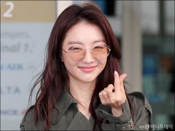 배우 장희진이 태국 푸켓에서 진행되는 화보 촬영 차 27일 오후 인천국제공항 제2여객터미널에서 출국하고 있다.