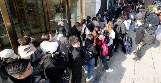 지난달 29일 서울 시내 한 면세점 앞에 따이궁들이 오픈 전부터 면세점에서 배포하는 입장 번호표를 받기 위해 긴 줄을 서고 있다. /사진=김창현 기자