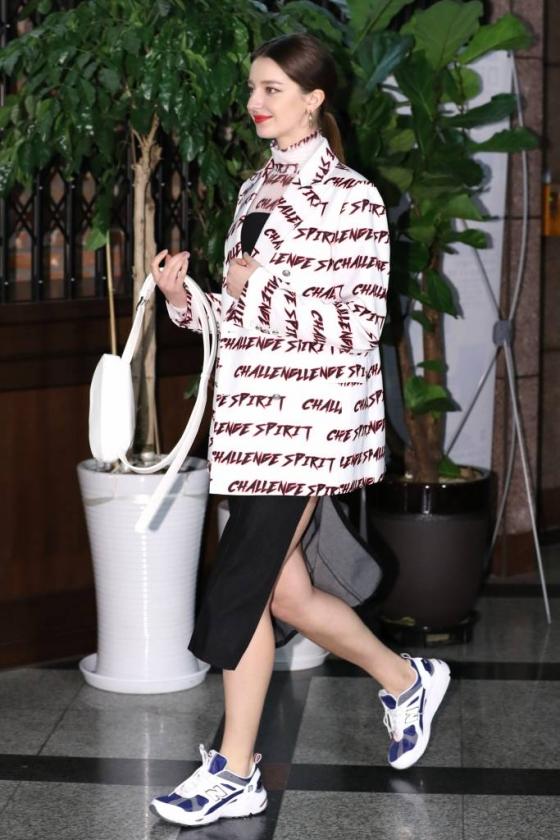 방송인 안젤리나 다닐로바가 3일 오후 서울 중구 아크앤북에서 열린 곽현주 컬렉션 2019 F/W 오프쇼에 참석하고 있다. /사진=이기범 기자