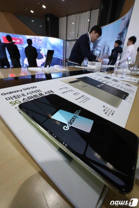 삼성전자 갤럭시S10 5G 모델 예약판매가 시작된 1일 서울 광화문 KT매장에서 시민들이 갤럭시 S10 모델을 살펴보고 있다. /사진=뉴스1