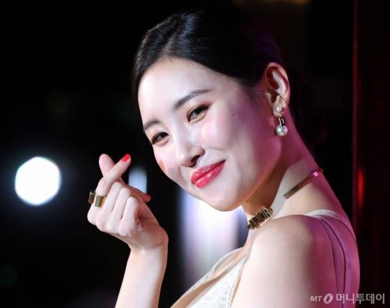 가수 선미가 4일 저녁 서울 성수동 레이어57에서 열린 디올 어딕트 스텔라 샤인 립스틱 론칭 파티에서 포즈를 취하고 있다. /사진=홍봉진 기자