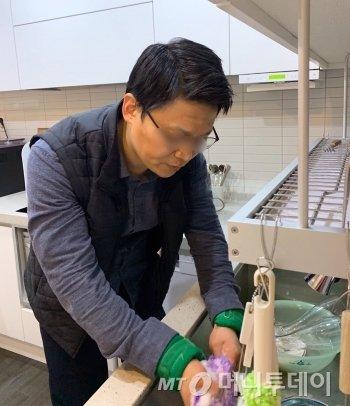 설거지는 원래 빠르게 잘하는 전문성 있는 분야인데, 동작 하나하나가 맘처럼 안돼서 평소보다 2배는 오래 걸린 것 같다./사진=남형도 기자 아내