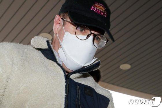 마약류 투약 혐의로 체포된 방송인 하일(로버트 할리·60)씨가 9일 오전 경기도 수원시 장안구 경기남부지방경찰청에서 조사를 위해 압송되고 있다./사진=뉴스1<br>