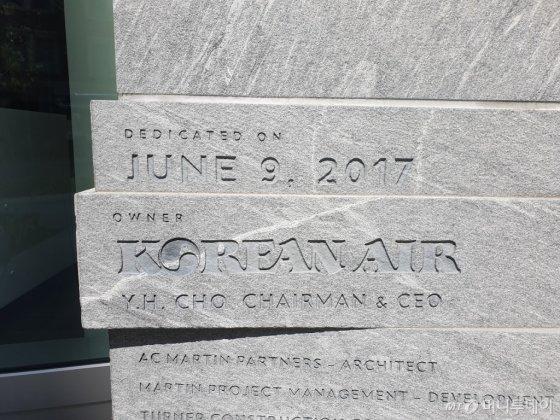 미국 캘리포니아주 LA(로스앤젤레스) 다운타운 소재 한진그룹 소유 '윌셔그랜드센터'의 외벽 한 귀퉁이에선 2017년 6월9일 준공 기념으로 '소유자 대한항공 조양호 회장'(OWNER: KOREAN AIR, YH. CHO CHAIRMAN & CEO)이라고 새긴 표지석을 발견할 수 있다./ 사진=이상배 뉴욕특파원
