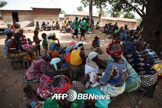 매달 기초생활수급(CCT)을 받는 여성들이 나이지리아 나사라와에 위치한 가라쿠에 모여있다. 나이지리아는 산유국이지만 부정부패로 인한 부의 재분배 실패로 나이지리아는 빈부격차가 매우 심해 빈민층 인구수가 1억명을 넘는다./AFPBBNews=뉴스1