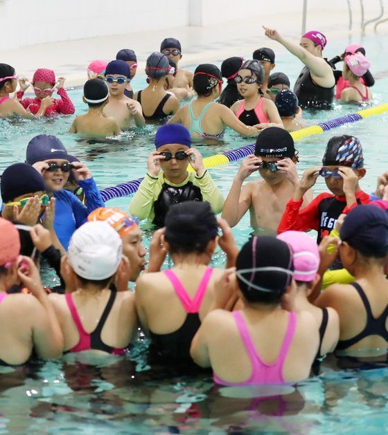 지난해 9월 경기도 화성시 봉담읍 화성국민체육센터에서 화성 매송초등학교 3학년 학생들이 생존수영 교육을 받고 있다./사진=뉴스1