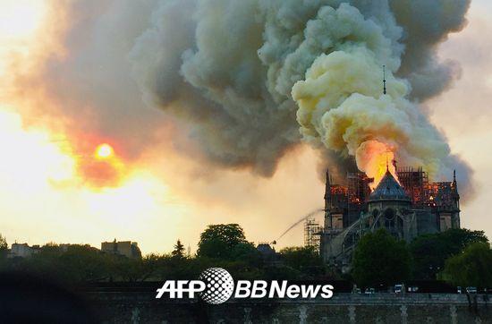 15일 오후 6시50분(현지시간)쯤 파리 구도심 내 시테섬에 있는 노트르담 대성당 화재로 연기가 하늘로 치솟고 있다./사진= AFPBBNews=뉴스1