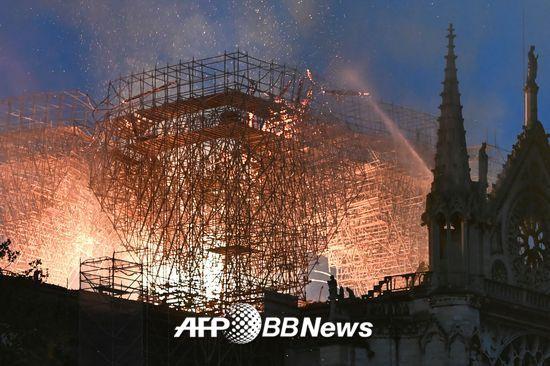 프랑스 소방관들이 15일 오후 6시50분(현지시간)쯤 파리 구도심 내 시테섬에 있는 노트르담 대성당 화재를 진압하고 있다./사진= AFPBBNews=뉴스1