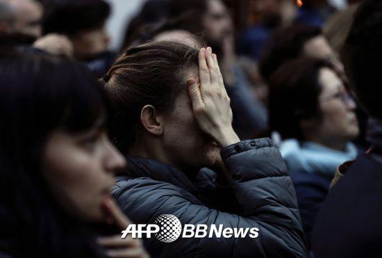 15일 오후 6시50분(현지시간)쯤 파리 구도심 내 시테섬에 있는 노트르담 대성당 화재를 보며 한 시민이 안타까워하고 있다./사진= AFPBBNews=뉴스1