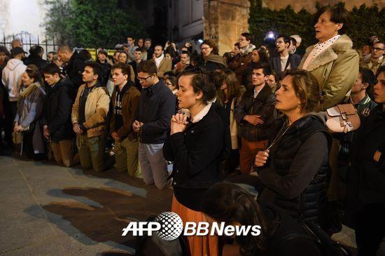 시민들이 노트르담 대성당 화재를 보며 무릎을 꿇고 기도하고 있다./사진= AFPBBNews=뉴스1