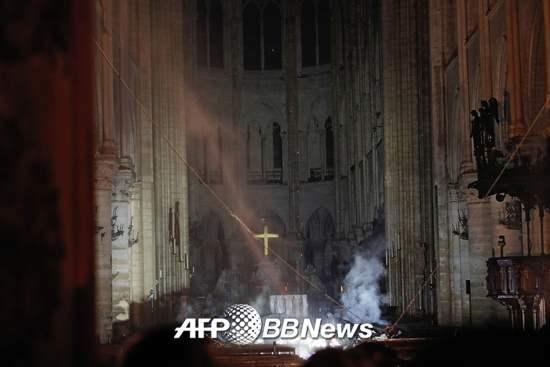 화재로 인한 연기가 남아있는 노트르담 대성당 내부./사진= AFPBBNews=뉴스1